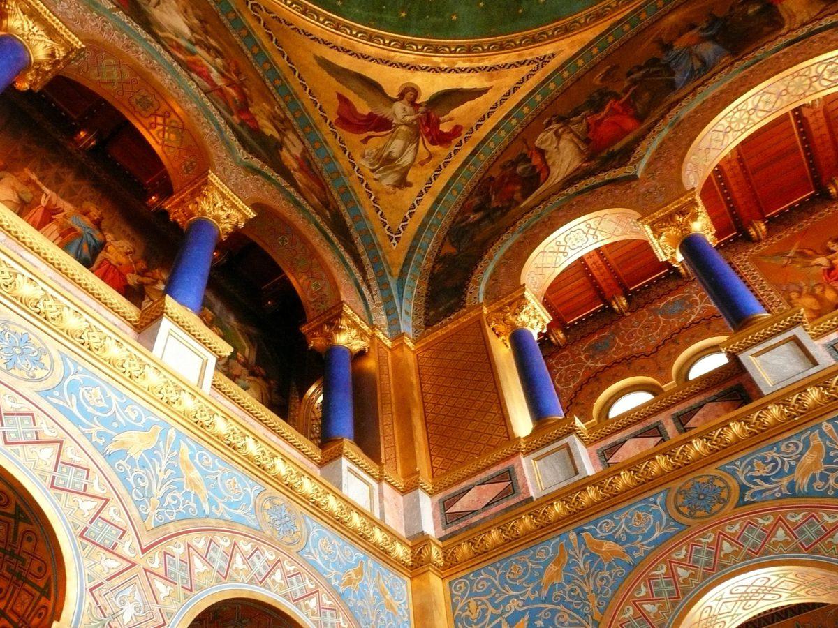 Wnętrze zamku Neuschwanstein. Złote sufity, kolumny i malowidła ścienne nawiązujące do oper Ryszarda Wagnera
