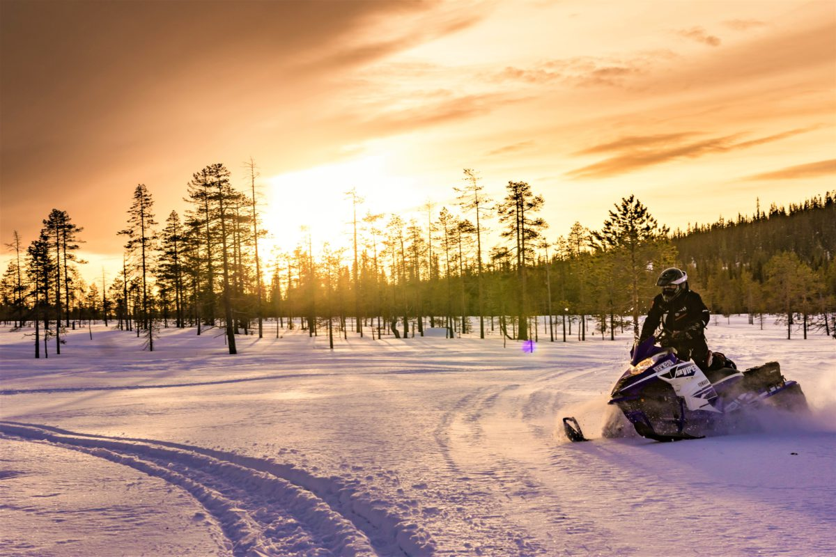Skutery to zdecydowanie najszybszy i najłatwiejszy sposób na przemieszczanie się po bezkresnych przestrzeniach Laponii