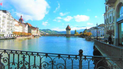 Rzeka Reuss przecinająca Lucernę. W tle Kapellbrücke