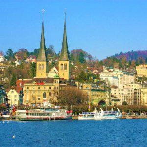 Rzeka Reuss przepływająca przez Lucernę. W tle kościół St. Leodegar pochodzący z XVII wieku