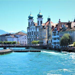 Rzeka Reuss. Po prawej stronie barokowy Kościół Jezuitów