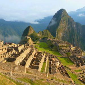 Machu Picchu i szczyt Huayna Picchu wznoszący się na 2.720 metrów n.p.m.