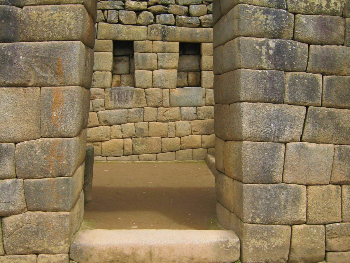 Machu Picchu. Inkowie nie znali cementu ani zaprawy murarskiej, a mimo to kamienne bloki są idealnie do siebie dopasowane
