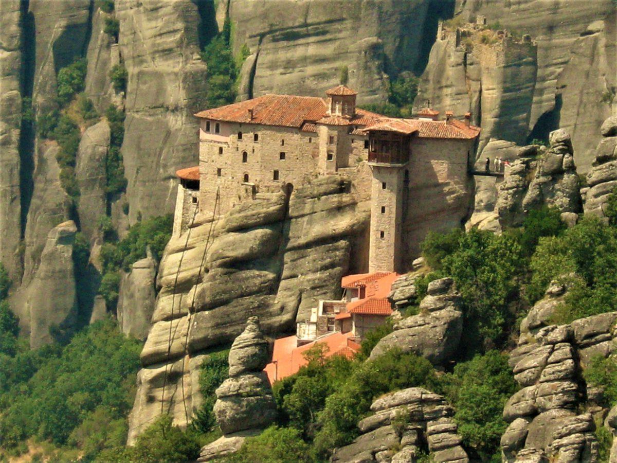 Klasztory Meteora. Zawieszone między niebem, a ziemią sprawiają wrażenie jakby były wybudowane w chmurach