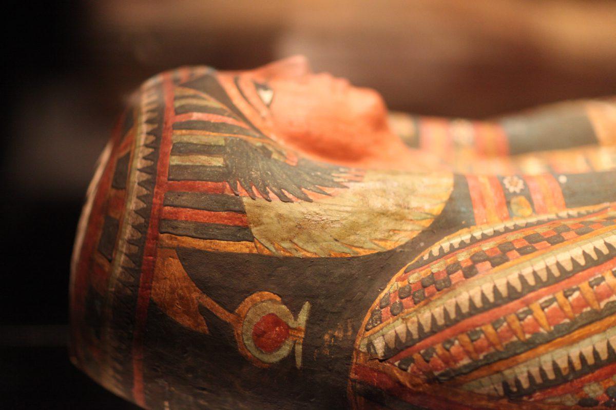 """Mumia egipska. Słowo to wywodzi się z arabskiego """"mumijja"""", oznaczającego bitumen lub mieszaninę żywicy z mirrą do konserwowania zabalsamowanych zwłok"""