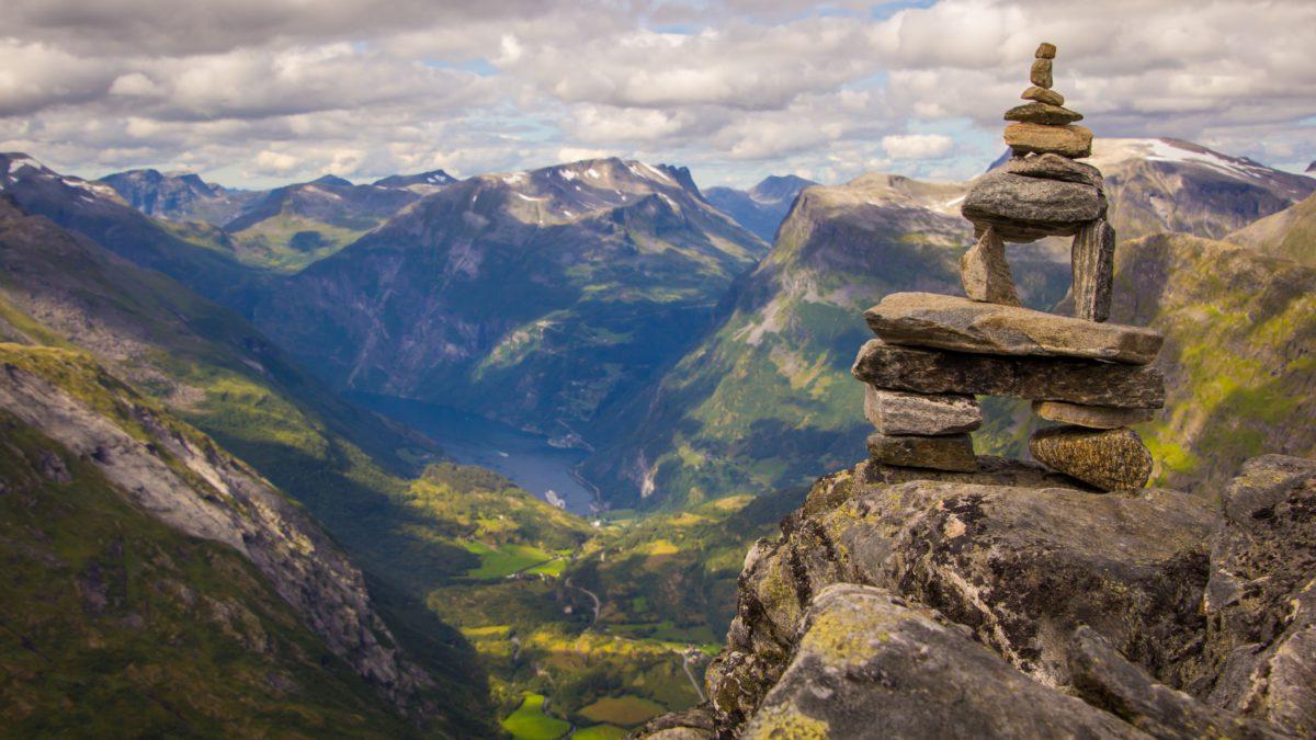 Wokół fiordu Geiranger wytyczono kilkanaście szlaków górskich, o zróżnicowanym stopniu trudności