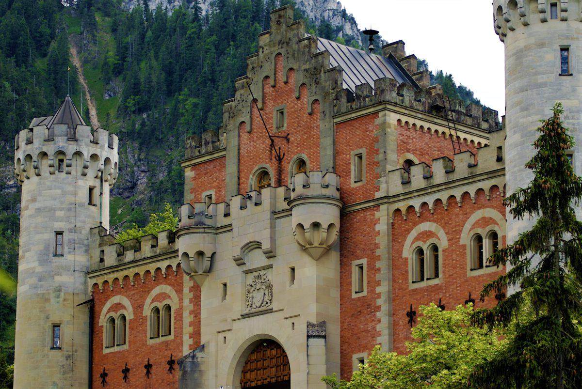 Brama wjazdowa do zamku Neuschwanstein zamknięta z dwóch stron okrągłymi wieżami