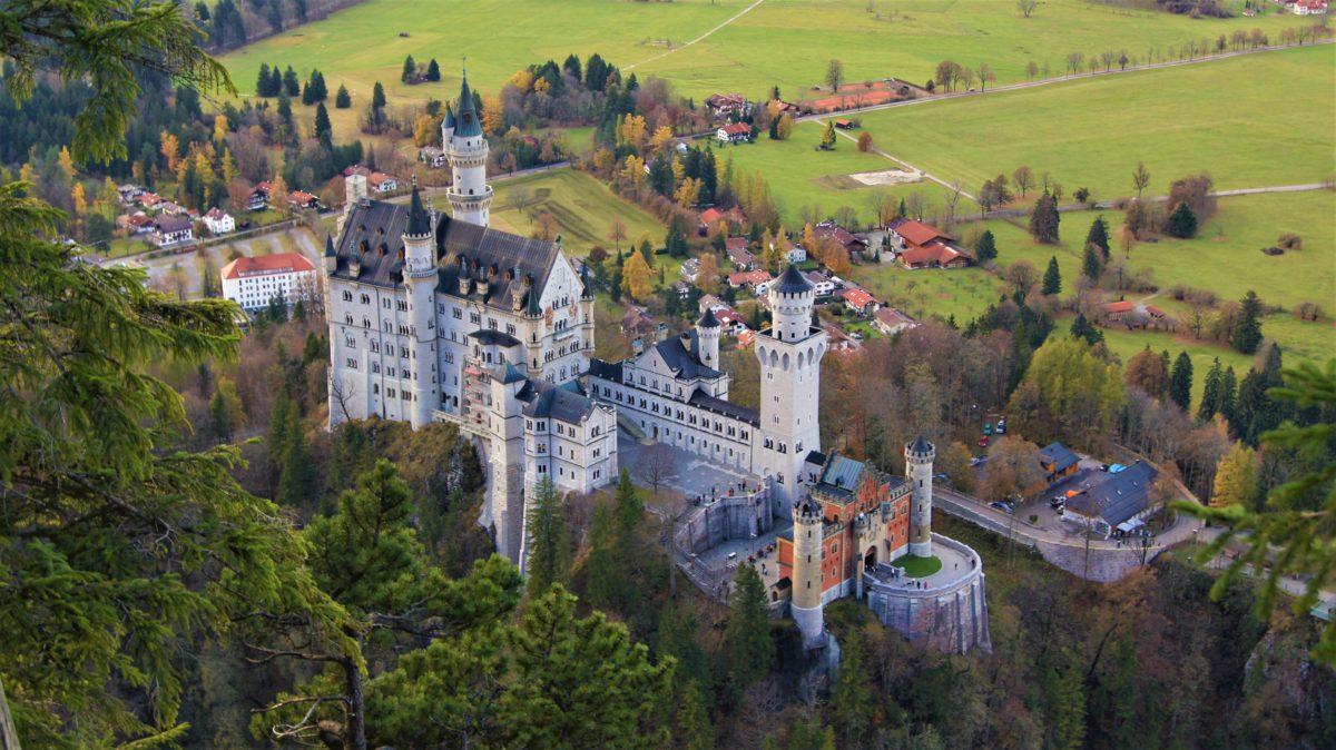 Zamek Neuschwanstein widziany z lotu ptaka