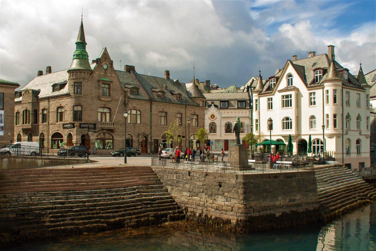 Po lewej stronie siedziba Jugendstilsenteret w Ålesund, Narodowego Centrum Art Nouveau