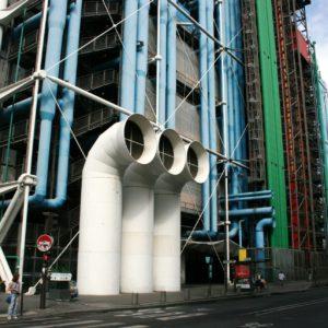 Centrum Pompidou. Zielony kolor przewodów i rur oznacza instalacje wodną, niebieski - klimatyzację, a żółty - linię elektryczną