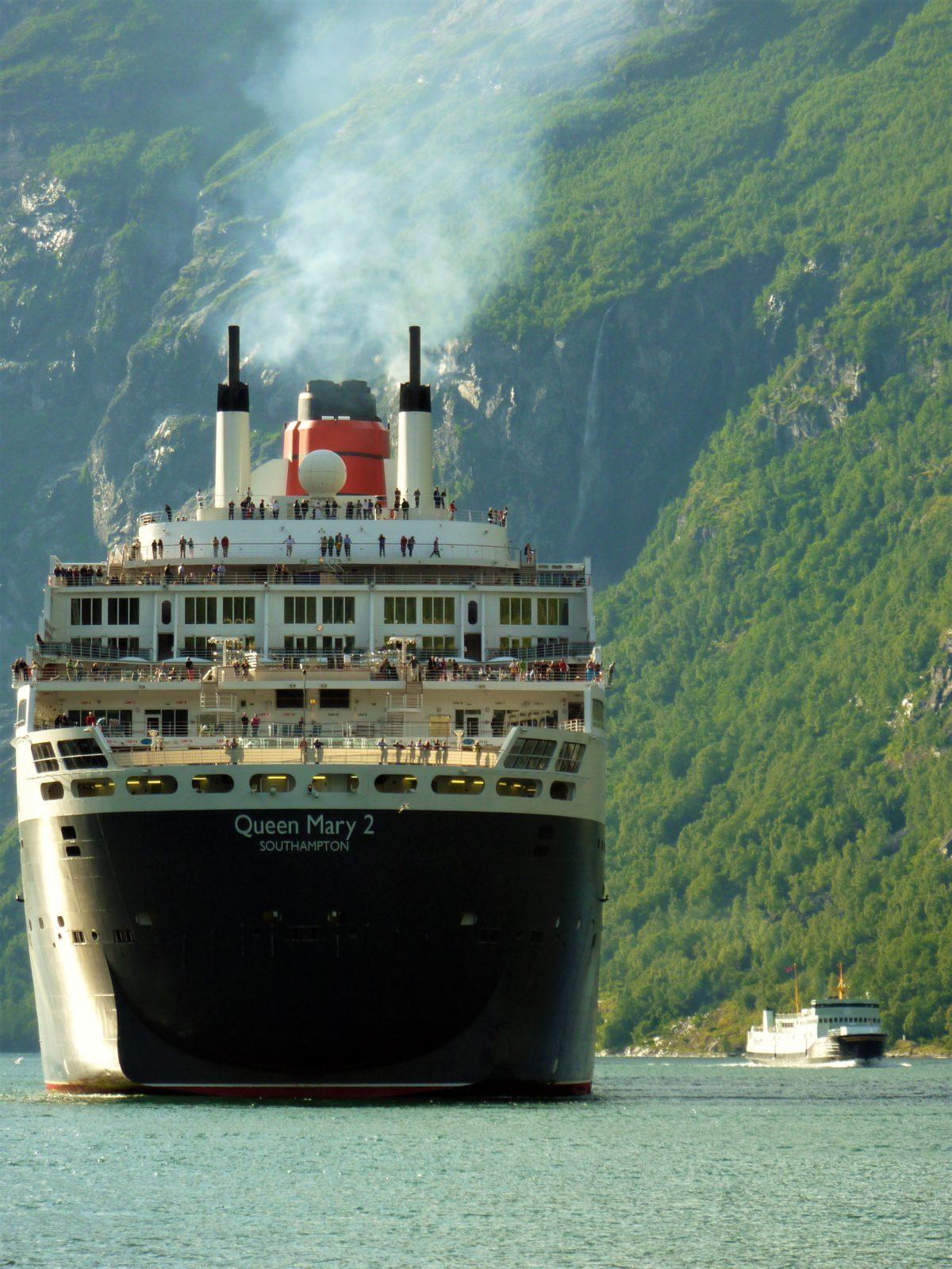 Fiord Geiranger. Promy i statki wycieczkowe podpływają właściwie do brzegu