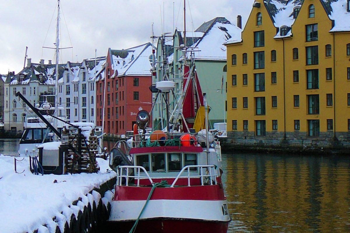 Wzdłuż kanału przecinającego Ålesund znajduje się rząd kamienic wyłaniających się wprost z wody