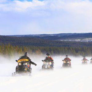 Śnieżne safari. Na skuterach można pokonywać kute są grubą warstwą lodu rzeki i jeziora