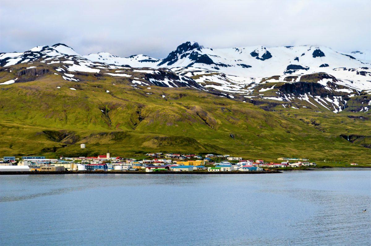 Spitsbergen to największa wyspa archipelagu Svalbardu z miastem Longyearbyen, uznawanym za jego stolicę