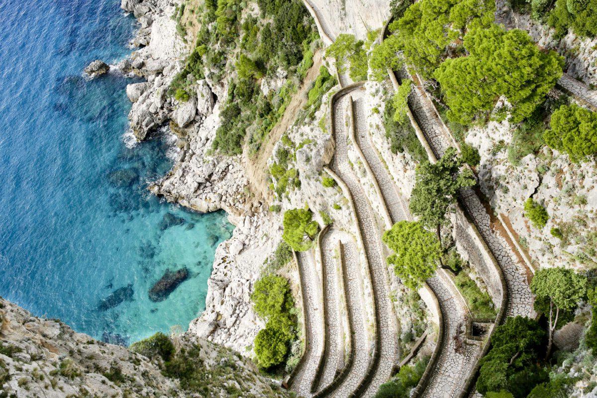 Via Krupp. Zbudowana na początku XX wieku droga łączy wybrzeże Capri z centrum wyspy