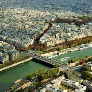 Nad Sekwaną cumują barki i mniejsze stateczki, a latem Paryżanie zbierają się na plażach