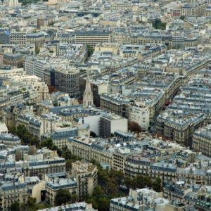 Paryż to nie tylko szerokie arterie wysadzane platanami, ale też wąskie ulice, przy których wzniesiono setki kamienic