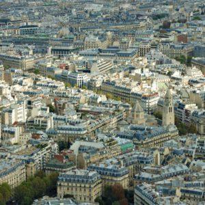 Paryż zamieszkuje oficjalnie ponad 2 mln osób. Średnia gęstość zaludnienia na 1 km² to około 26.000 osób