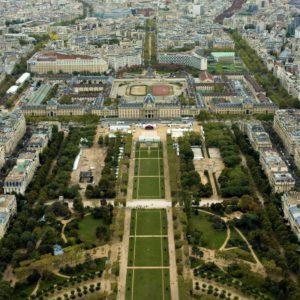 Pola Marsowe to rozległy park pomiędzy Wieżą Eiffla a budynkiem Szkoły Wojskowej