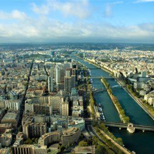 Sekwana przecina Paryż na dwie części wschodnią i zachodnią. Obie połączone są licznymi mostami drogowymi i kolejowymi