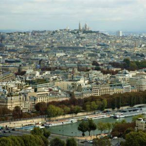 W tle wzgórze Montmartre z Bazyliką Sacré-Cœur