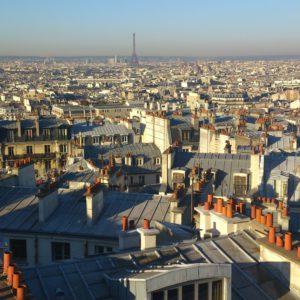 Wieża Eiffla góruje nad całym Paryżem