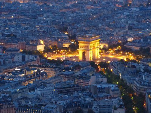 Paryż ponad dachami domów