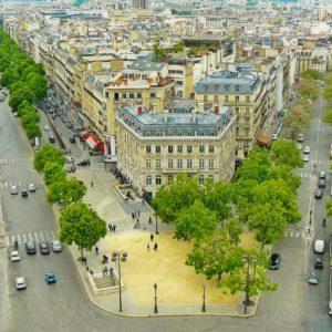 Champs Élysées (Pola Elizejskie), najbardziej reprezentacyjna ulica w Paryżu. Łączy plac de la Concorde z placem Charles'a De Gaulle'a